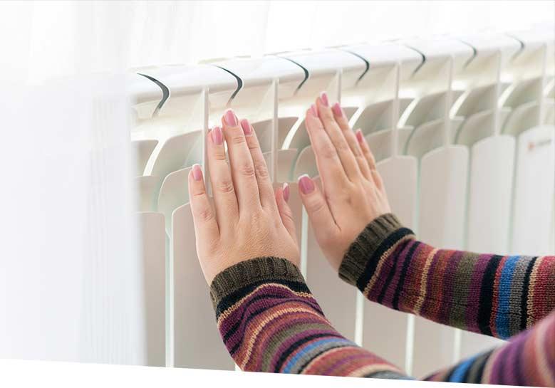 Calentando manos en calefactor